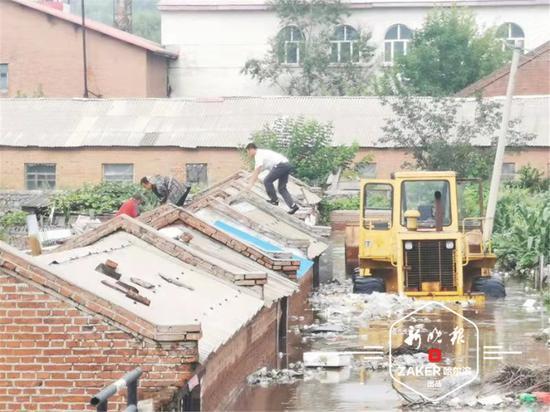 30 日 8 时多,镇上充满积水,一条商业集中的街路被水淹没。