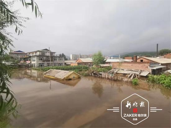 据村民讲,30 日零时后当地开始下大雨。