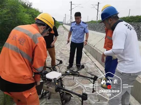 极速三分PK10—极速3分PK拾官方一喷药无人机操作不当失控 被挂铁路护网险酿事故