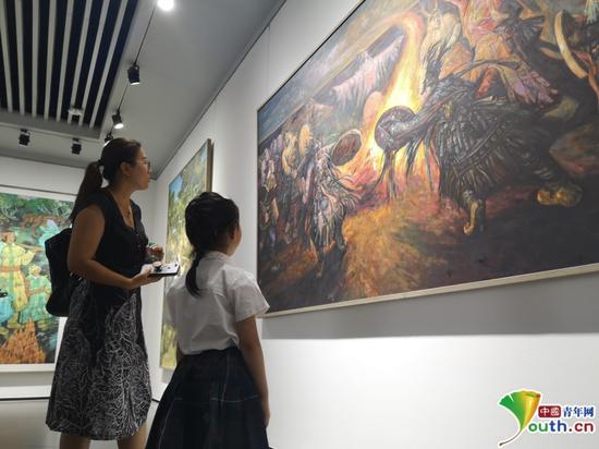 市民在作品展上欣赏优秀美术作品。杨海全 摄