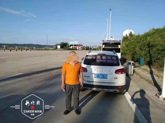 高速路上随手抛物 这一幕被后车行车记录仪拍下