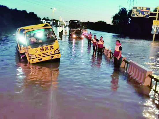 先锋路大水漫道哈尔滨市红十字会 30余名志愿者涉水救援