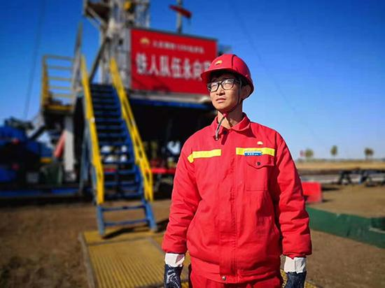 90后陈建国是大庆油田的新生力量,加入了铁人王进喜所在的1205钻井队,成为一名技术员。澎湃新闻记者 赵实 摄