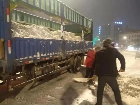迎战风雪!哈尔滨市2万人奋战一夜清冰除雪