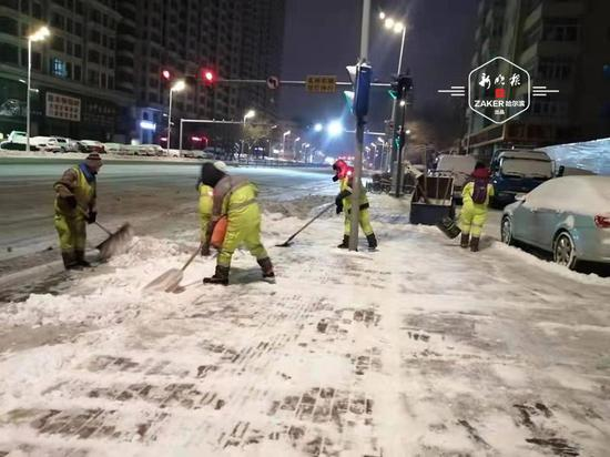 """""""雪不停、地不净、不收兵""""冰城主干街路已清一遍"""
