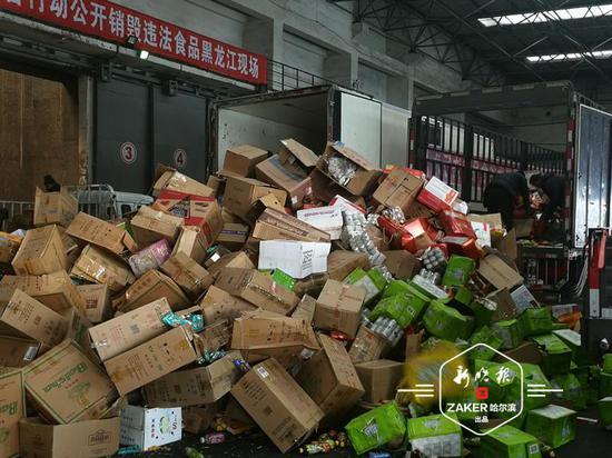 白酒、奶粉、调料 黑龙江省公开销毁20吨违法食品
