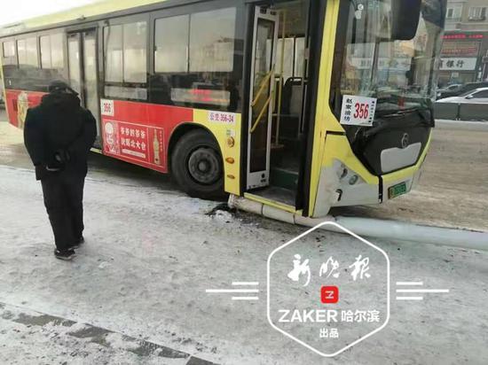 公交车失控撞倒路灯杆 一名等车老人被砸不幸身亡