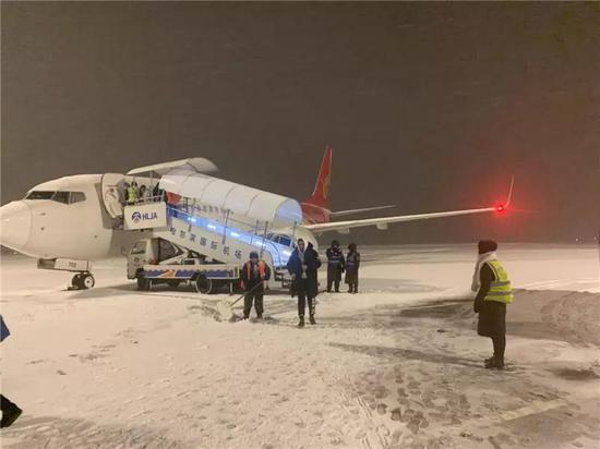 机场清雪。图片来源 新浪微博