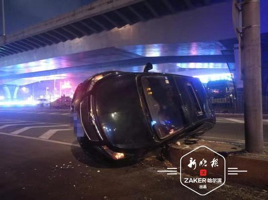 哈市一轿车侧翻女司机受伤 过路司机帮忙救人