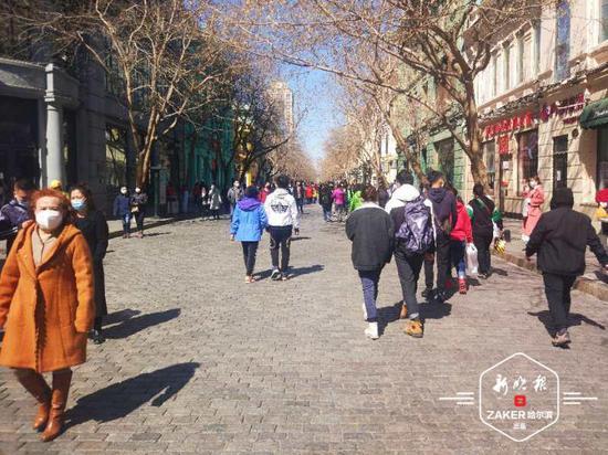 相约中央大街和江畔 市民走出家门感受春天气息