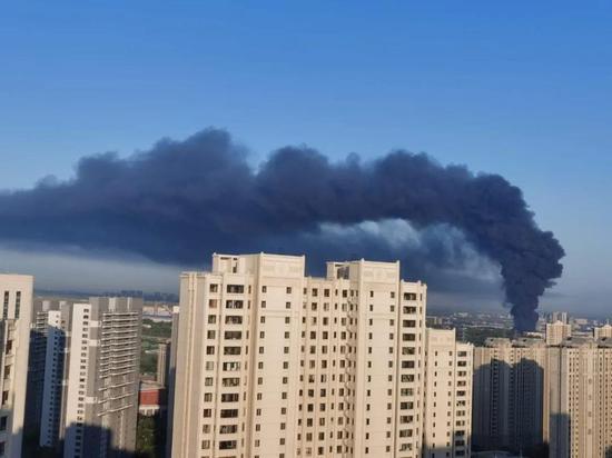 哈尔滨一处厂房起火旁边就是居民楼 扑救仍在进行中
