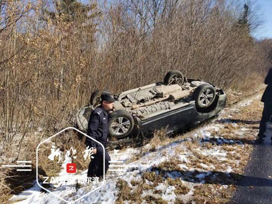 自驾游注意 亚雪公路结冰私家车侧滑翻车3人受伤