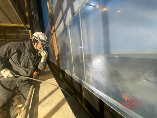 """《【杏耀登陆注册】哈尔滨极地公园""""白鲸秀场""""巨型展示窗安装完成》"""