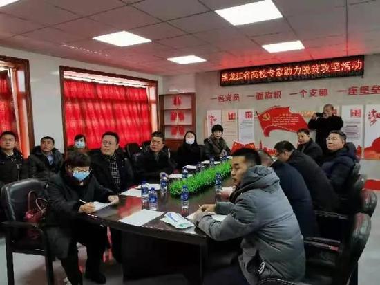 专家服务团与依安县委及建设村村民们举行见面会。