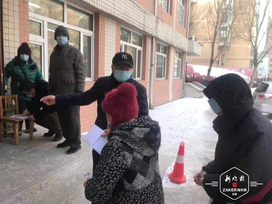 道外区城管局20名党员干部助力社区开展核酸检测工作