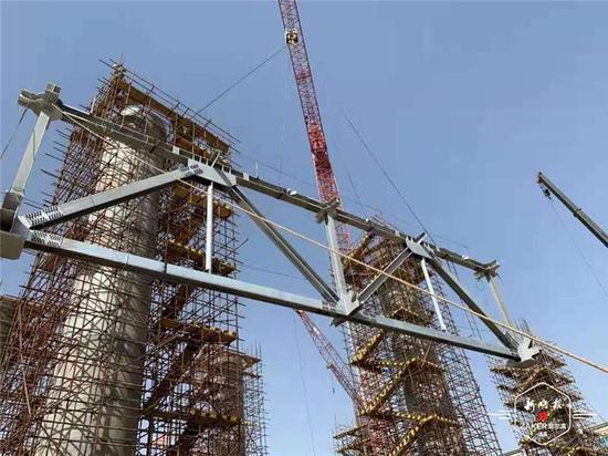 """哈市企业承建的""""一带一路""""项目空冷岛平台框架吊装"""