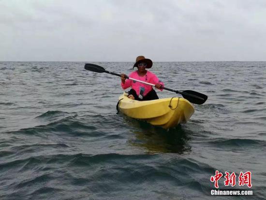 白斌在加勒比海上使用皮划艇划行受访者供图