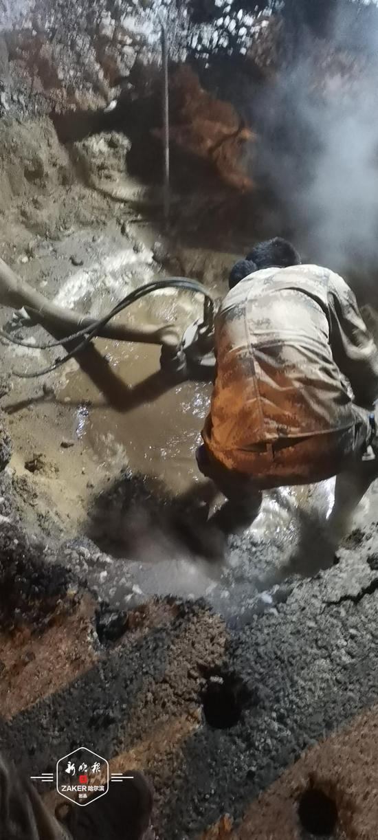 安升街与安化街交口现供热管线漏点 预计24时抢修完毕