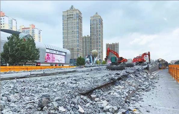 动力广场跨线桥拆除施工现场。 本报记者邢汉夫摄