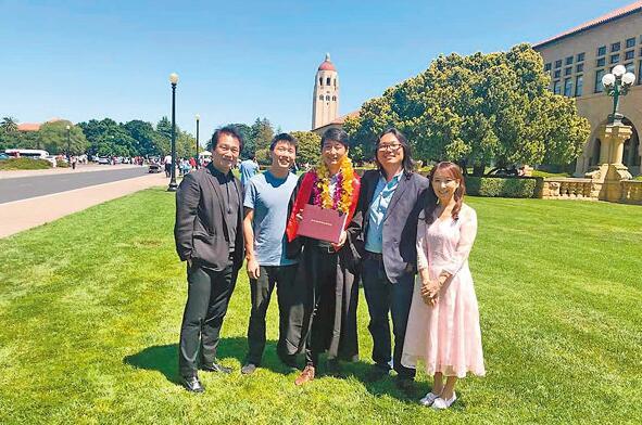 协平大学毕业,陈美龄全家出动观礼。