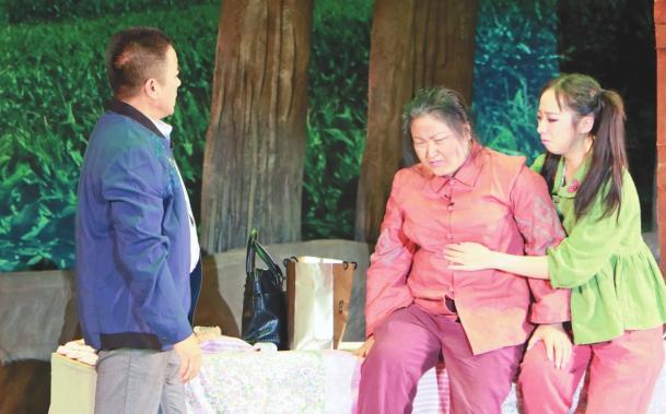 剧中人物李爱民带着衣服和药品看望患有重病的王奶奶和她的小孙女。