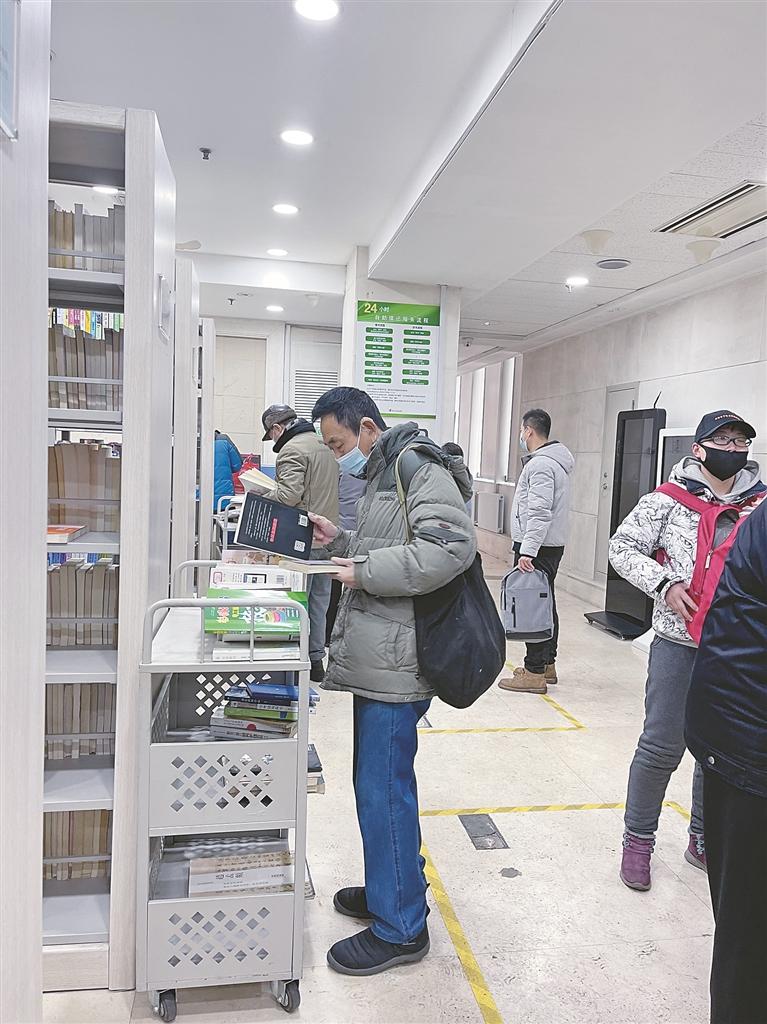 省图书馆自助图书馆借阅有序。 本报记者 董云平摄