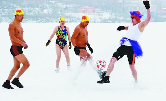 泳装雪地足球。韩庆全 贺佳摄
