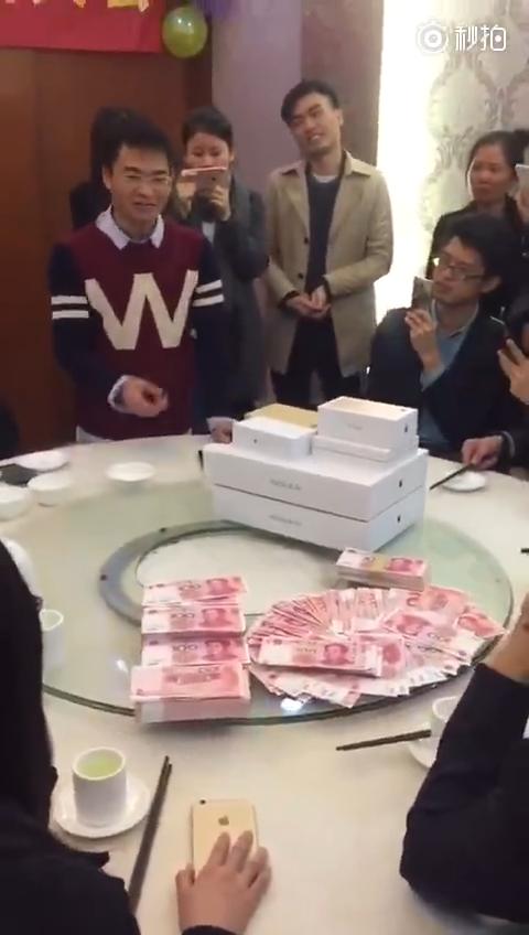 """企业年会发""""年终吐槽奖"""" 老板豪掷数万当奖金"""