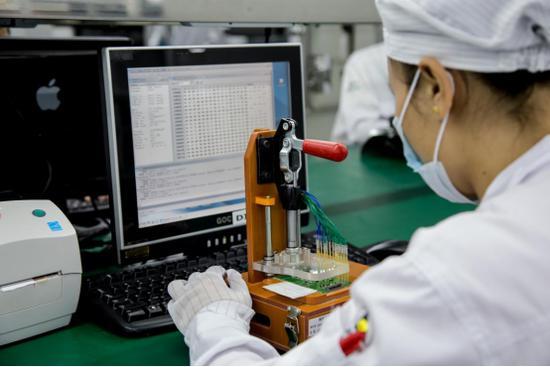 从靖邦科技再到靖邦电子,靖邦凭借着过硬的产品质量和优质的客户服务,已经走过春秋10载,让我们来一起看看靖邦的发展历程   我们成长的记录:   2004年-进入电子加工领域   20007年-正式成立深圳市靖邦科技有限公司   2008年-完成ISO90001、TS16949质量体系认证   2009年-成立深圳市靖邦电子有限公司   2010年-世博会瑞士国家馆指定合作供应商   2011年-主办捐资助学,情暖贫困学子   2012年-通过阿里巴巴金品诚企实地认证   2013年-成为阿里巴巴标杆客
