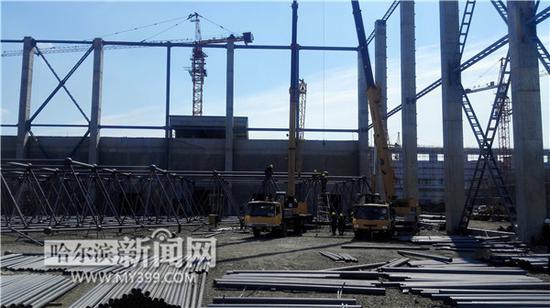 拆解机库进行屋面网架钢结构安装.