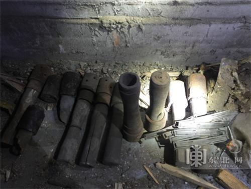 老楼地下室内发现的11枚手榴弹。