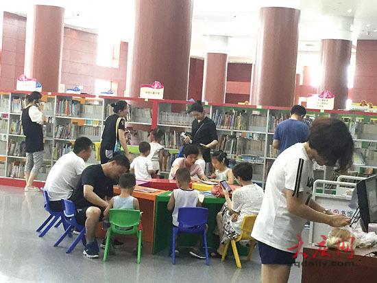 图书馆内,许多孩子在认真地阅读书籍。
