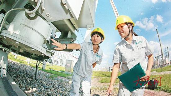 工作人员检查设备保证安全可靠供电。大庆日报记者 孙娜 摄