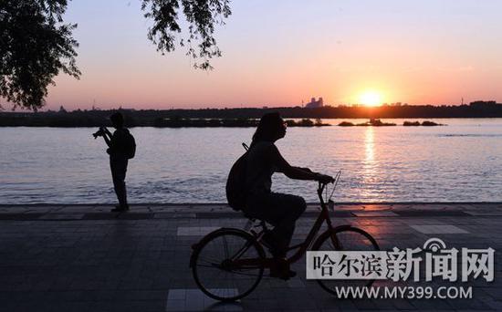 傍晚的松花江边凉爽怡人。