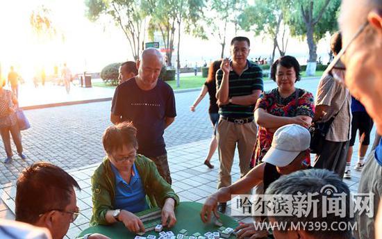 昨日,江边休闲的阿姨已穿上长袖外衣。