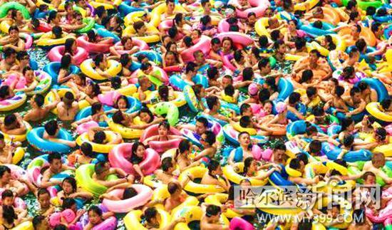四川遂宁一度假区内戏水游客爆满。