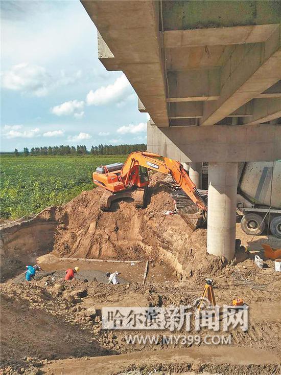 提灌工程正在紧张施工。