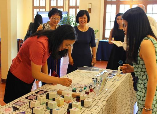 """创业创新项目团队——""""星墨""""彩色墨水产品现场体验"""