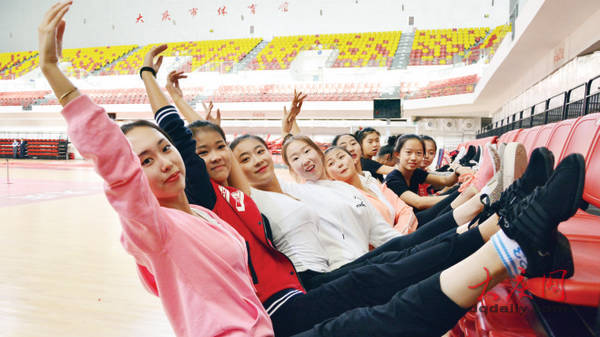 央视秋晚大庆地方节目舞蹈排练现场,演员们正在进行热身。