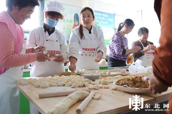 家长们正在包饺子。东北网记者 迟亦达 摄