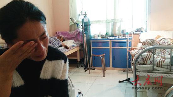 母亲说让王艳梅先救哥哥,让她忍不住痛哭。
