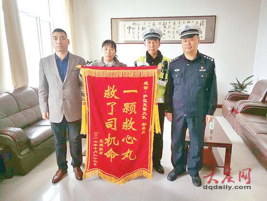 女司机王女士(左二)为了表达感激之情,为交警郝春良(右二)送来了锦旗。