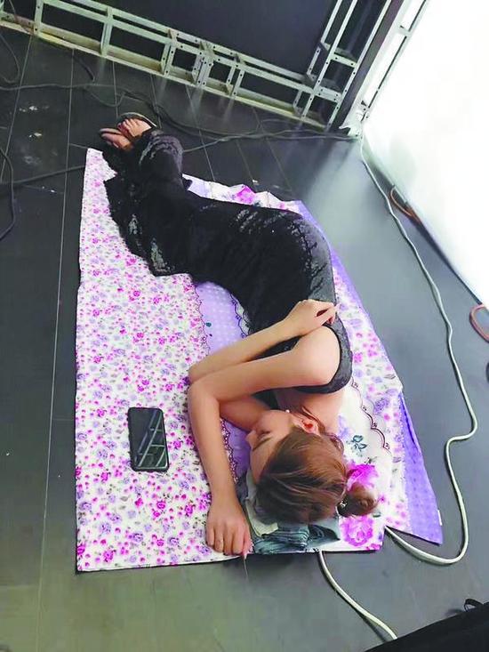 连续高强度工作6小时后,地上一躺就能睡着。