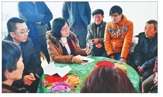 图为《黑龙江日报》党的十九大精神宣讲小分队在老乡家的炕头上宣讲