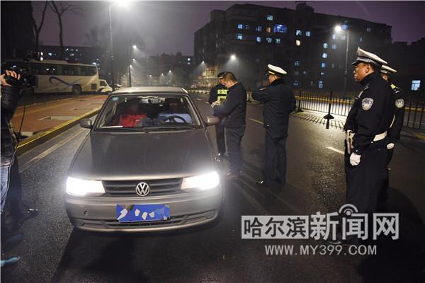 资料图:图为执法人员查处哈站北广场周边的非法营运车辆 供图 哈尔滨新闻网