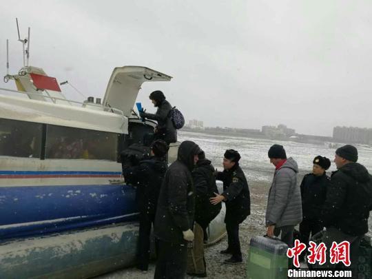 中俄界江黑龙江突降大雪,海事部门对抗恶劣天气影响保障气垫船运营安全。 耿浩楠 摄