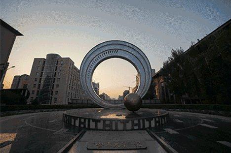 这是一所哈尔滨高校的故事,它包含这这所大学的梦想与情怀,执着与奉献,它也正铺就着一条塑造中国乃至世界未来的非凡之路。