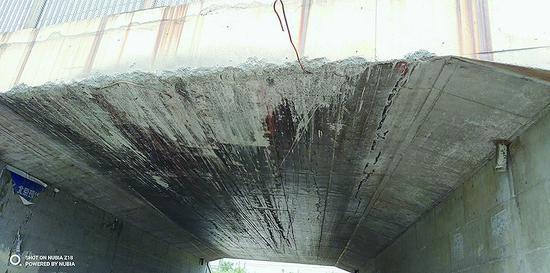 桥洞被刮坏