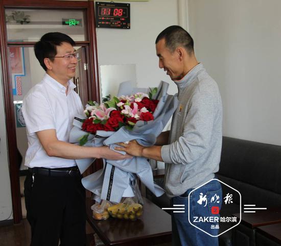 呼兰区教育局给予杨保成老师 5000 元慰问金。