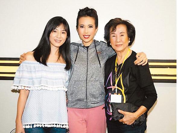 杨采妮(左)和莫妈妈一起到新加坡捧莫文蔚场。
